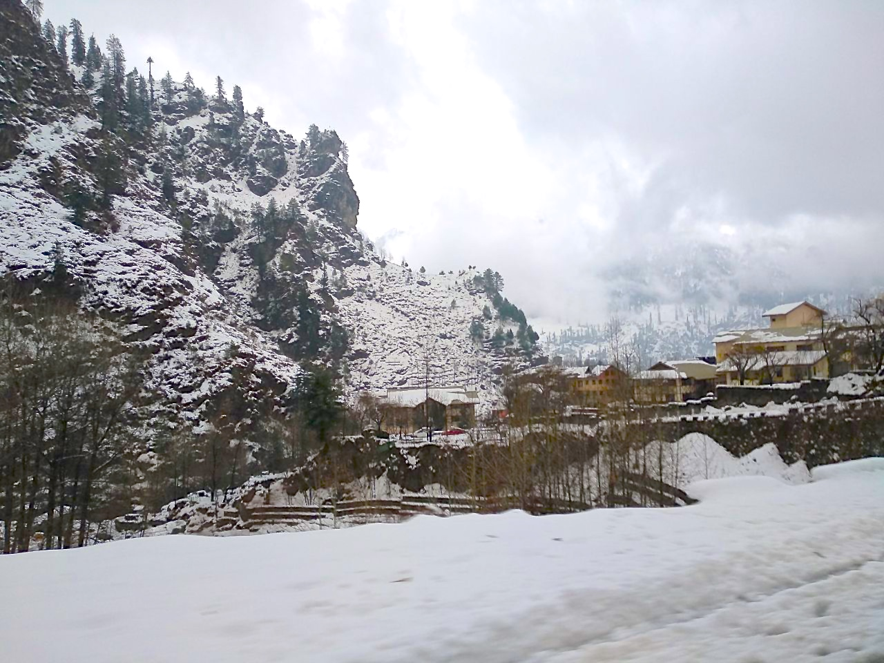Snow laden solang valley